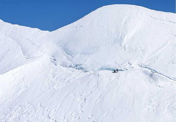 Пара продвигается вверх по юго-восточному гребню горы Стил, на подходе к горе Лукейния. Фото: Michael Schmidt