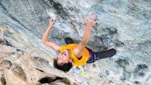 В шаге от мирового рекорда: 10-летняя китайская скалолазка Мейни Ли прошла маршрут
