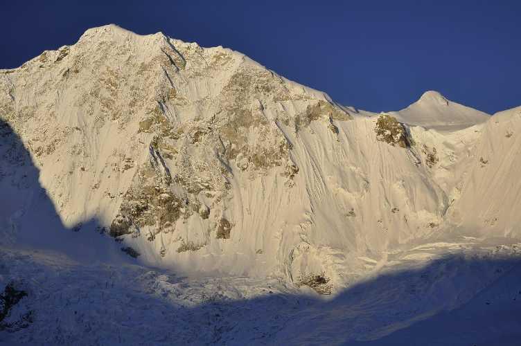 северо-западная стена горы Барунцзе (Baruntse) высотой 7129 метров. Фото Marek Holeček