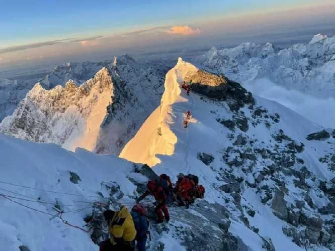Первые жертвы Эвереста: при восхождении на вершину мира погибли два альпиниста