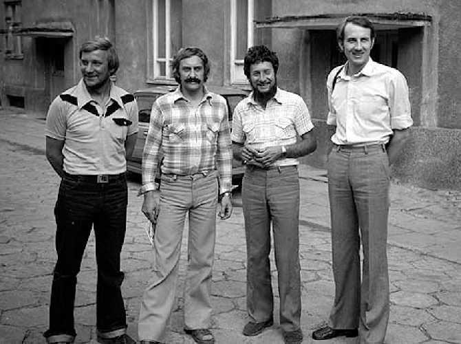 На фото слева: Ежи Кукучка (Jerzy Kukuczka), Кшиштоф Велицкий (Krzysztof Wielicki), Анджей Чок (Andrzej Czok), погибший на Канченджанге в январе 1986 года, и Лешек Цихы (Leszek Cichy), автор с Велицким первого зимнего восхождения на Эверест 17 января 1980 года