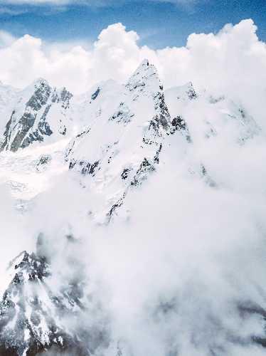 Лайла Пик (Laila Peak) высотой 6096 метров. Фото из базового лагеря команды Анджея Баргеля