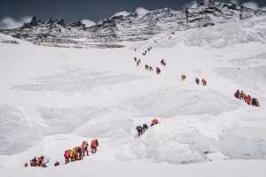 Третья смерть на Эвересте: непальский шерпа погиб, упав в ледовую трещину
