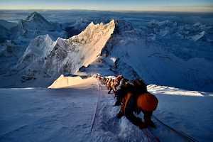 Третья волна восходителей на Эверест принесла новые достижения
