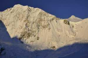 Попытка прохождения нового маршрута на Барунцзе: команда в 150 метрах от вершины