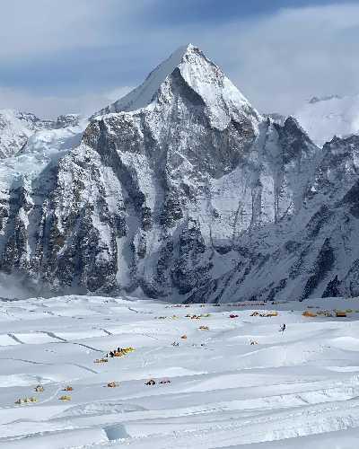 Вид на второй высотный лагерь на Эвересте и многочисленные трещины на леднике.