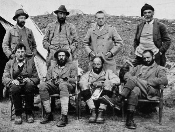 Участники экспедиции в передовом базовом лагере (ок. 5300 м н.у.м.). Стоящие, слева направо: Уолластон, Говард-Бьюри, Херон, Реборн. Сидящие, слева направо: Мэллори, Уилер, Буллок, Морсхед. Сентябрь 1921 года.