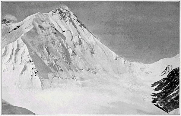 Северное седло (справа) и вершина (слева), вид с Лхакпа Ла (фото Говарда-Бьюри).