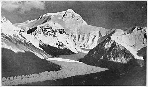 Ледниковая долина Ронгбук. На горизонте Эверест, до которой 15 километров по прямой. Фото экспедиции 1921 года