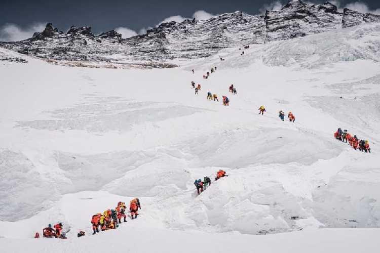 Альпинисты поднимаются к третьему высотному лагерю на Эвересте. 18 мая 2021. Фото Tashi Lakpa Sherpa