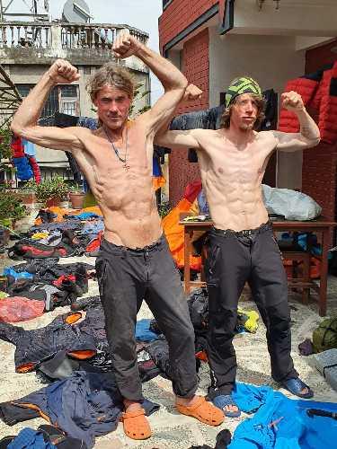 Чешские альпинисты Марек Голечек ( Marek Holeček) и Радослав Грох (Radoslav Groh) в Катманду, после открытия нового маршрута на северо-западной стене горы Барунцзе (Baruntse) высотой 7129 метров, что расположена к югу от Эвереста и после четырех дней, проведенных в ловушке непогоды на высоте 7000 метров. Фото Marek Holeček