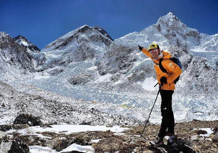 Дэвид Геттлер (David Göttler) на фоне Эвереста. Фото David Göttler