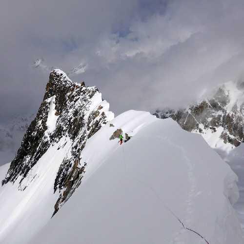 Биарчеди I (Biarchedi Peak) высотой 6810 метр. Отметка 5640 метров с которой команда ушла вниз из-за непогоды. Фото Ralf Dujmovits
