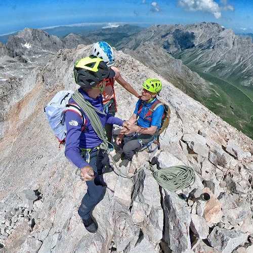 Дэвид Геттлер (David Göttler) со своим 81-летним отцом и своей девушкой Моникой Пирис на вершине горы Пенья Вьеха (Peña Vieja). Фото David Göttler