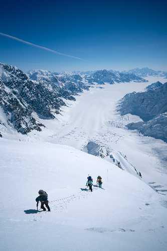 Маартен Ван Херен (Maarten Van Haeren), Итан Берман (Ethan Berman), Питер Хоанг (Peter Hoang) и Алик Берг (Alik Berg) провели шесть недель на леднике под одними из самых известных больших альпийских стен Канады.
