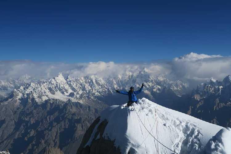 На вершине пика К13 Западный (K13 West /  Dansam West), имеющий высоту 6600 метров.
