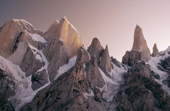 Группа Транго с Большой Башней Транго слева и Башней Транго, также известной как Безымянная Башня, справа, хребет Каракорум, Пакистан