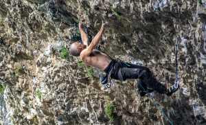 За шаг до мирового рекорда: 52-летний итальянский скалолаз Альфредо Уэббер проходит маршрут
