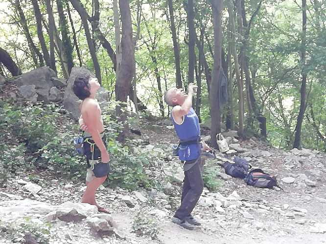 """12-летний Андреа Челлерис (Andrea Chelleris) и 52-летний 52-летний Альфредо Уэббер (Alfredo Webber) у маршрута  """"Pure Dreaming"""" 9а"""