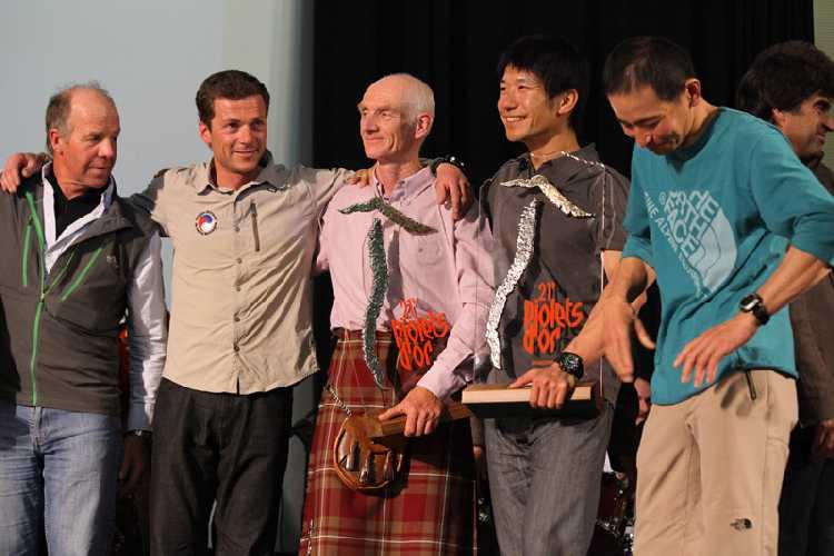 Рик Аллен с наградой Золотой Ледоруб за прохождение хребта Мазено. Фото Lanzeni / Piolets d