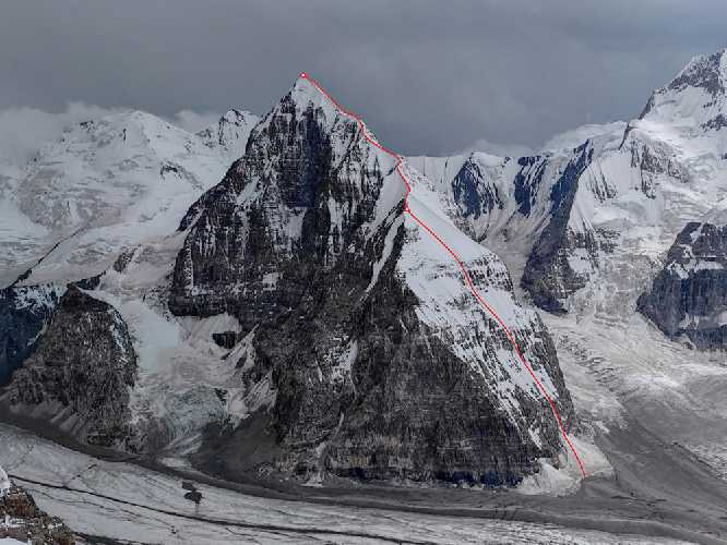 по северной стене и северному гребню 5482-метровой вершины пика Альпинист. Фото Кирилл Белоцерковский