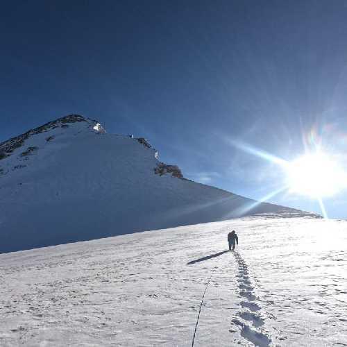 Изнурительный подход по плоскому плато к пирамидальной вершине Ракапоши.  Фото Helias Millerioux