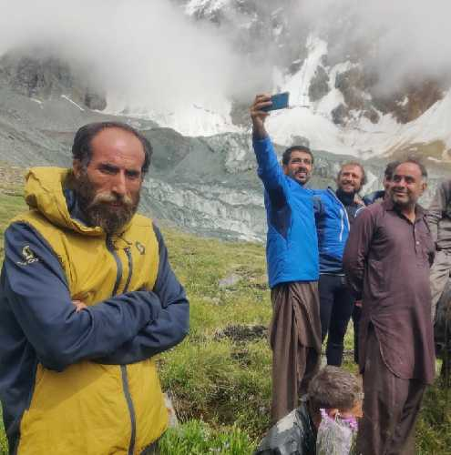 Элиа Мийриу (Helias Millerioux) с командой и пакистанскими носильщиками в базовом лагере Ракапоши. Фото Helias Millerioux