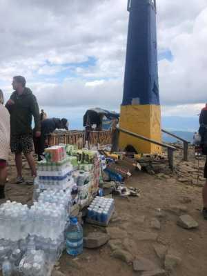 На вершине Говерлы устроили стихийный рынок