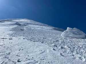 В лавину на Казбеке попали альпинисты: по меньшей мере три человека травмированы.