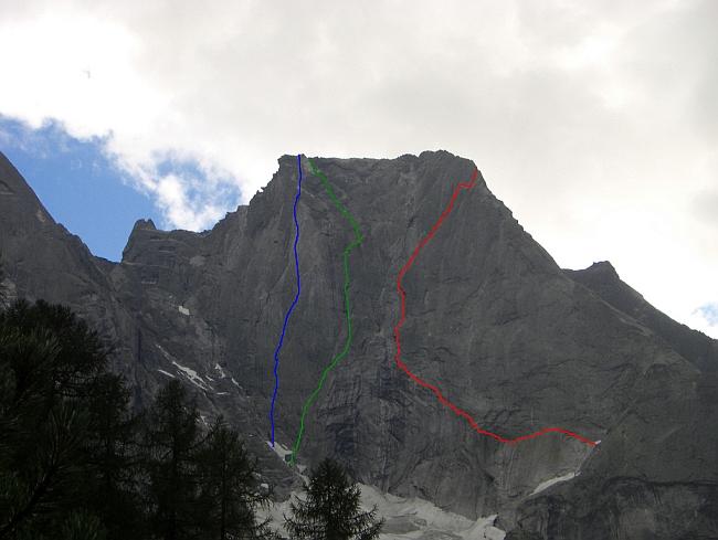 """Червоним кольором відмічено маршрут """"Cassin Route"""" на північно-східній стіні гори Піц Баділе (Piz Badile, 3308м)"""