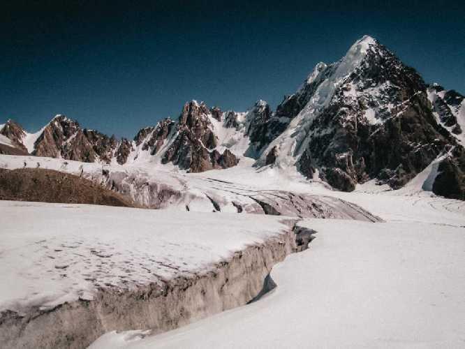 Гунж-е Сар Западная (Gunj-e Sar West, 6150 м) и ранее непокоренная вершина Пик Тридент (Trydent Peak) на заднем плане . Фото Andrzej Makaran