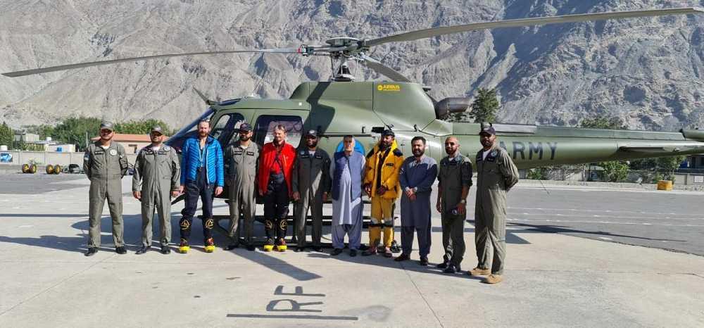 Пилоты вертолетов, спасенные альпинисты и представители местных властей. Фото: explorersweb . com