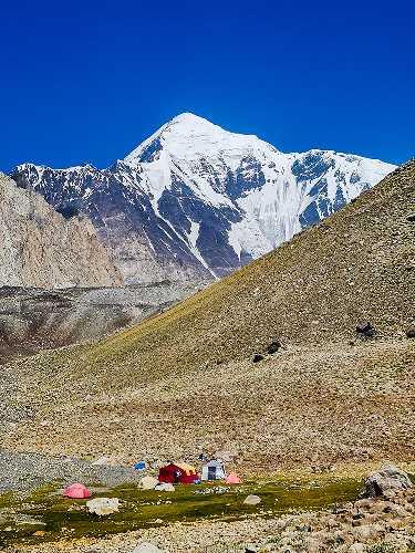 Вид на южную стену горы Лангута-е-Барфи (Languta-e-Barfi) высотой 6827 метров. Фото Archil Badriashvili