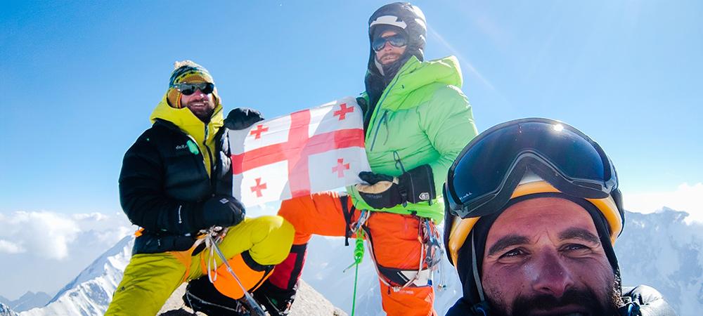 Гиорги Тепнадзе (Giorgi Tepnadze), Бакар Гелашвили (Bakar Gelashvili),  Арчил Бадриашвили ( Archil Badriashvili) на вершине горы Сараграр (Saraghrar NW) высотой 7300 метров. Фото Archil Badriashvili