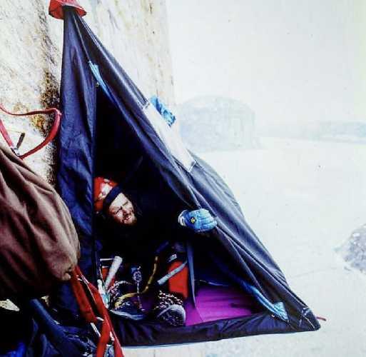 """Во время восхождения они каждую ночь ночевали в подвесной платформе, которую порывы ураганного ветра трясли как тряпку. Альпинисты назвали свои ночевка """"стиральной машиной"""". Фото  Paul Gagner"""
