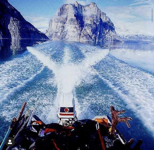 в водах фьорда появилась лодка с тремя инуитами-охотниками на карибу (северных оленей) и спасла альпинистов. Фото  Paul Gagner