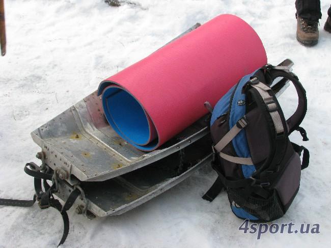 Комплект для транспортировки пострадавшего: акья, мат и спальник (в рюкзаке) - фото Д. Киселёва