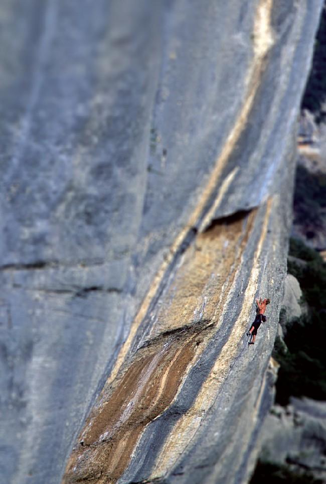 Неизвестный скалолаз на маршруте 1984 года Chouca (8а + / 5.13c)