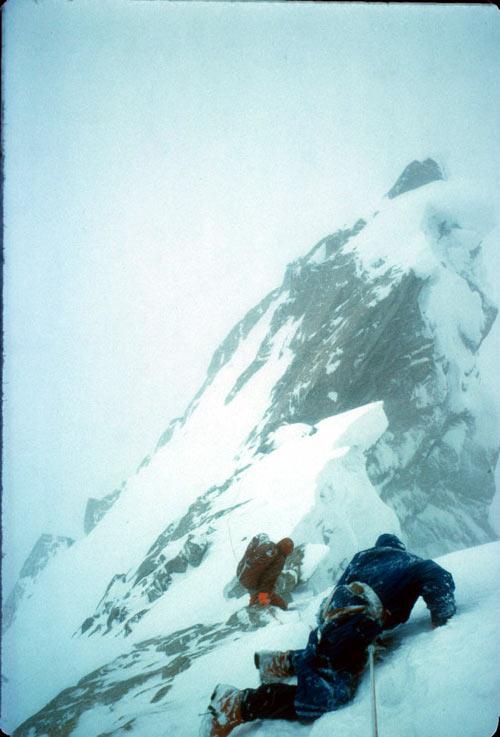 Скотт и Крис на на Baintha Бракк (7285m) в 1977 году, спуск в лагерь с травмой