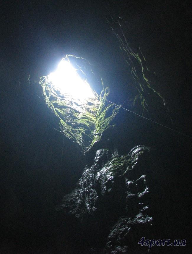 Входной колодец пещеры Крубера. Видны трассы SRT (слева) и транспортировки противовесом (справа).