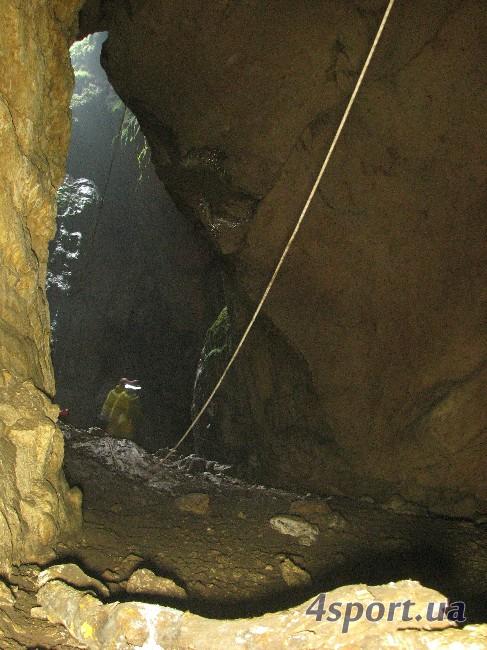 Тот же входник чуть сбоку. Ближняя верёвка - часть 150-метрового восходящего троллея (3-й участок).