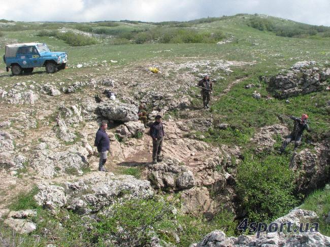 Воронка пещеры Крубера. В ближнем ряду - М. Козлов, В. Мельников, В. Тарасов (фото Д. Киселёва)