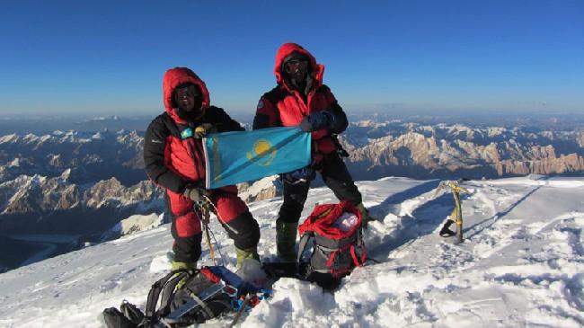 23.08.2011 Максут Жумаев и Василий Пивцов занесли флаг Казахстана на вершину К2. Фото  kazpatriot.kz