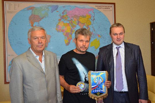 Справа налево: Генеральный директор НПК Горные машины  Евгений Викторович Ромащин вручил вымпел и до