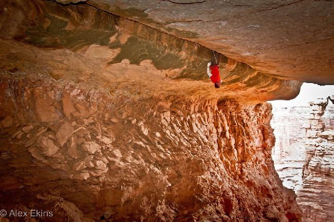 Pete Whittaker отдыхает вверх ногами на Century Crack. Фото Alex Ekins