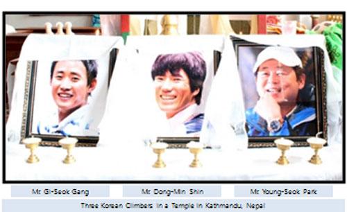 Памятные фотографии погибших альпинистов в храме в Катманду