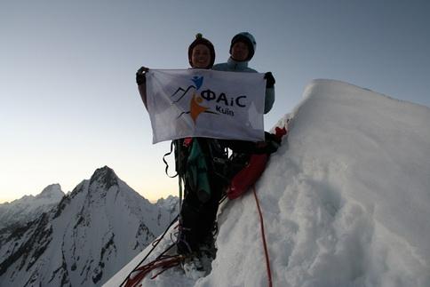 Аня и Мариша на вершине Amin Brakk (5850 m)
