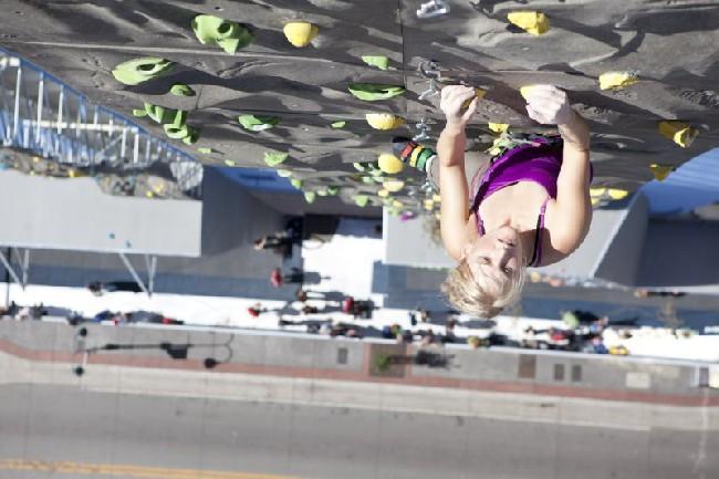 Эмили Харрингтон (Emily Harrington) на открытии скалодрома в Reno (штат Невада, США)