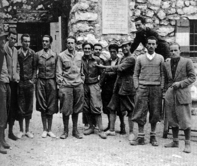 Джино Солда (GINO SOLDA) и Franco Bertoldi  (в центре фото) в 1936 году после покорения Sassolungo