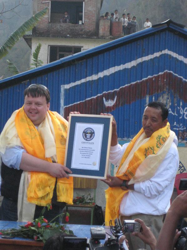Апа Шерпа , 21 раз поднимавшийся на вершину Эвереста получил диплом книги рекордов Гиннесса